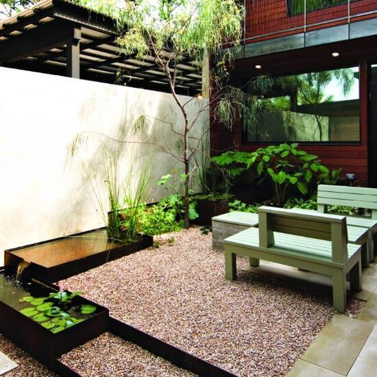 Kleine tuin met grind