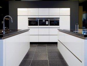 strakke wit-zwarte keuken