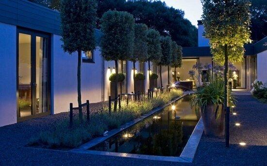 moderne tuin bij avondlicht