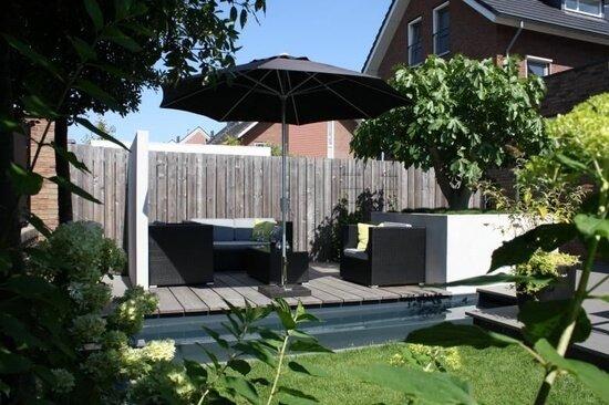 moderne tuin met parasol