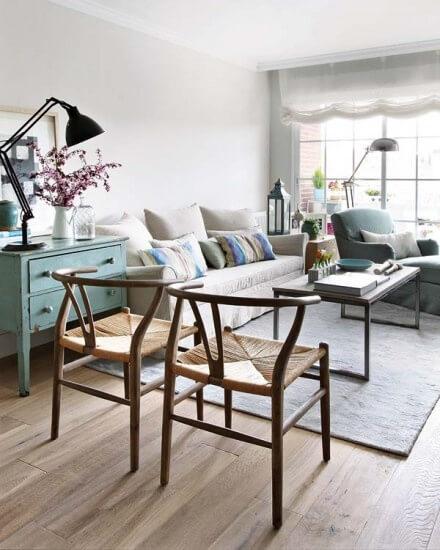 Lichte woonkamer met scandinavische meubels