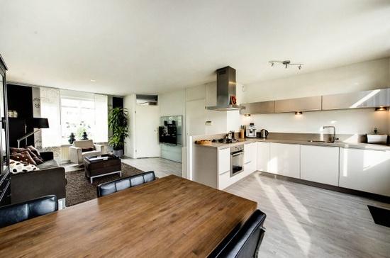 Open Keuken Modern : Een lichte woonkamer met vooral veel witte accenten.. We hebben enkele