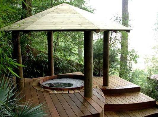 Jacuzzi in oosterse tuin