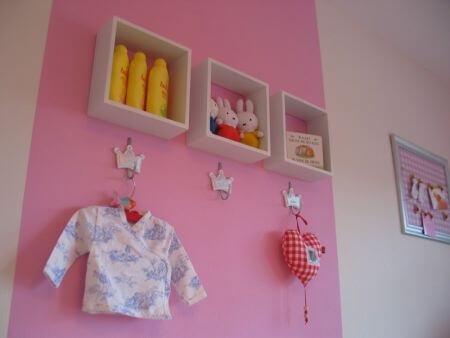 roze babykamer kapstok