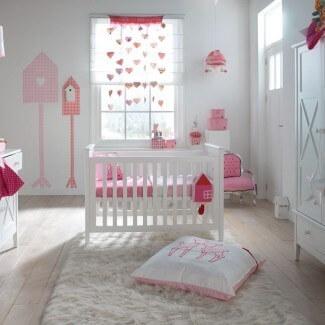 roze witte babykamer