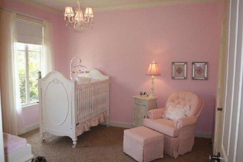 zacht roze babykamer
