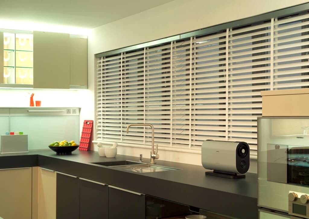 Wit woonkamer raamdecoratie for Raamdecoratie hout