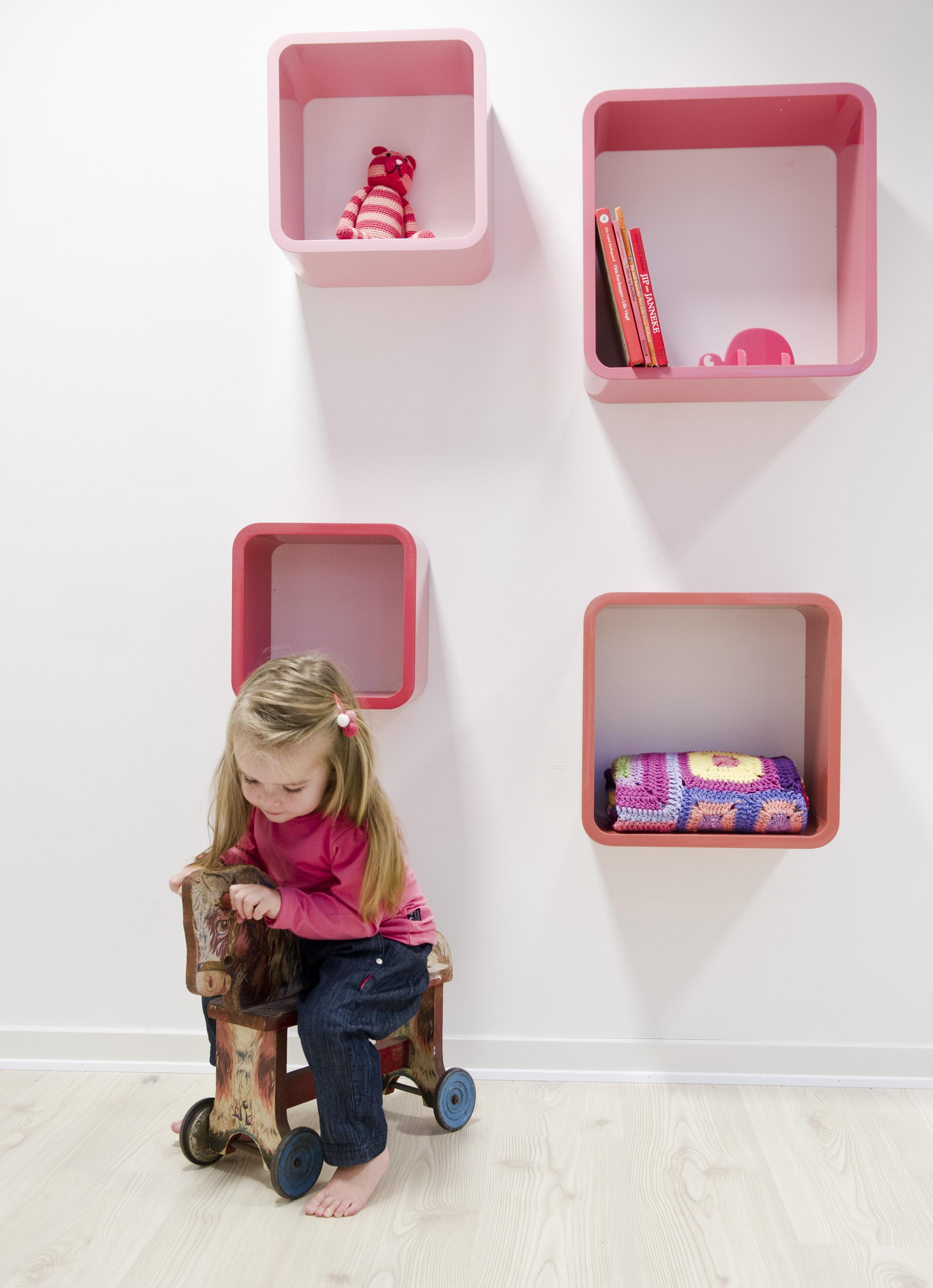 Bijzonder meubels in kinderkamer - meegroeibed en boekenkastje Sebra