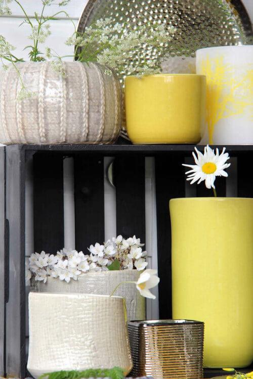 Gele en zilveren bloempotten
