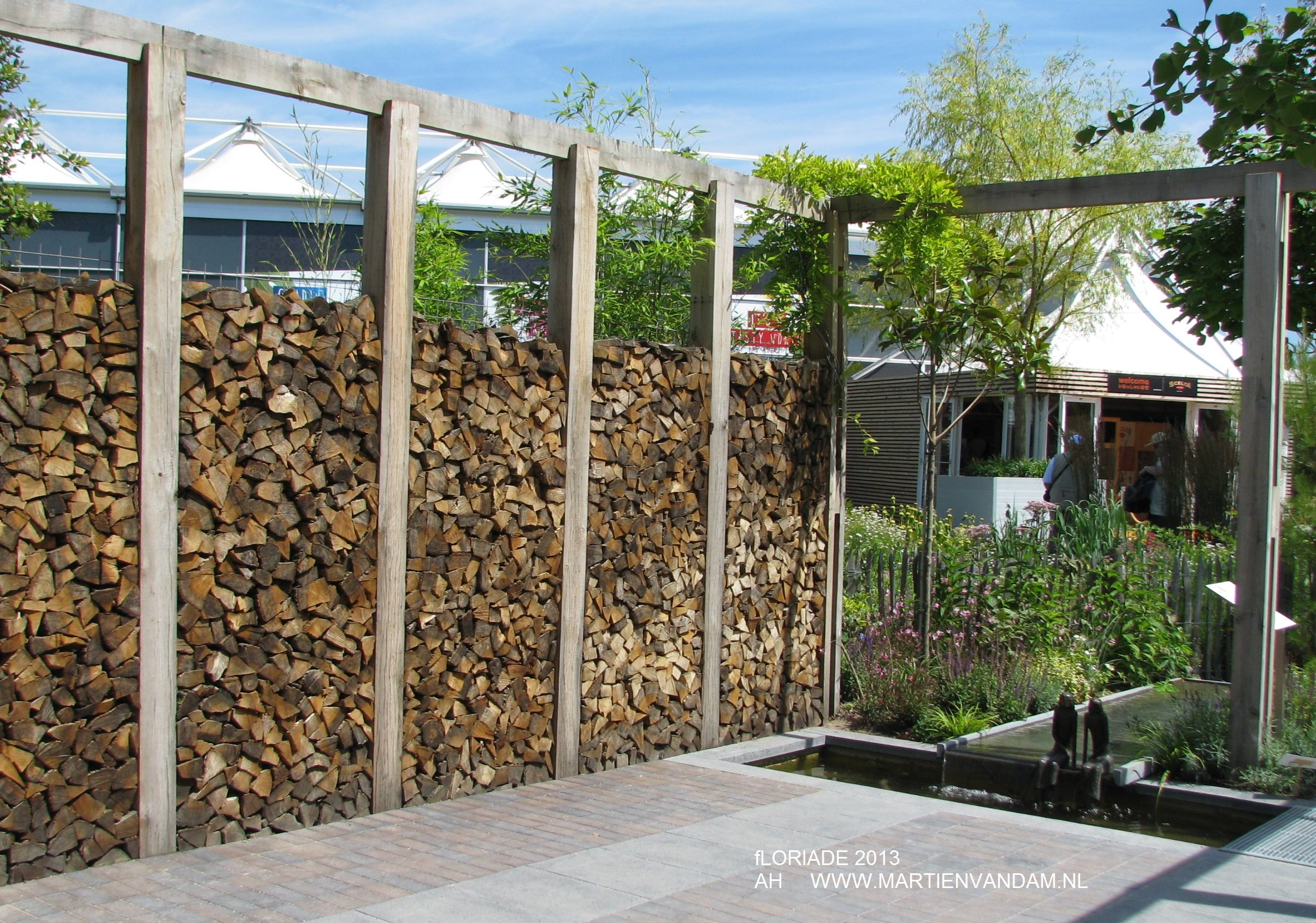 Bakstenen Muur Tuin : Houten schutting op muurtje. hoog hekwerk met mazen with houten