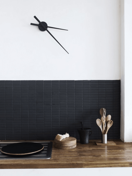 Donkere keukentegels