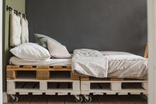 Bed van gestapelde pallets