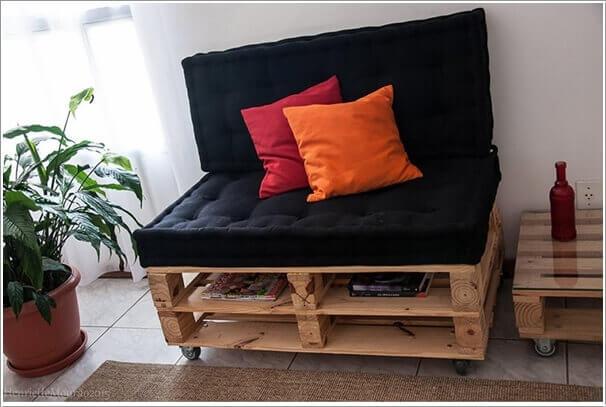 Mooi bankje van pallets, afgemaakt met speciale kussens voor comfort