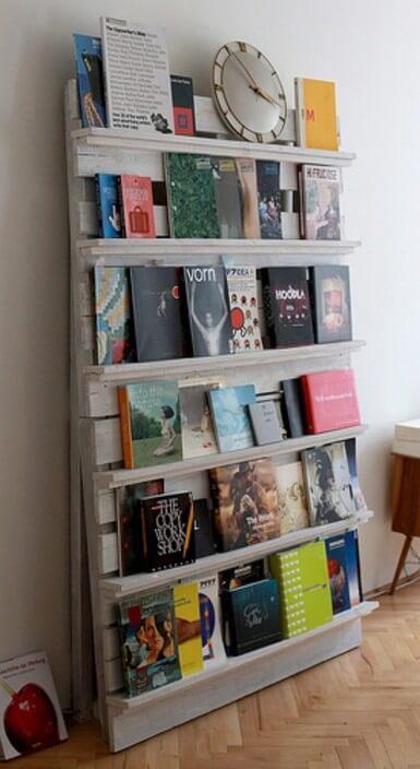Boekenkast opgebouwd uit pallethout met whitewash