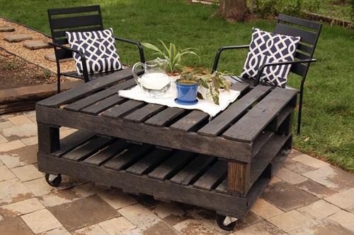Handige tafel voor binnen of buiten, dankzij de wieltjes gemakkelijk te verplaatsen