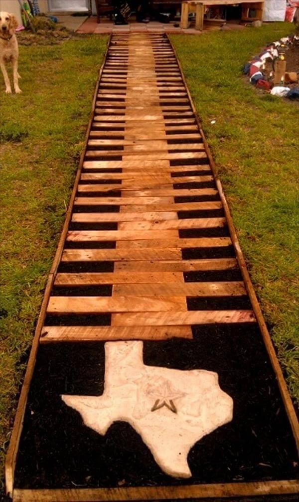 Stevig houten tuinpad van pallets