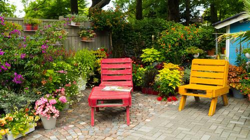 Prachtige gekleurde tuinmeubels van pallets