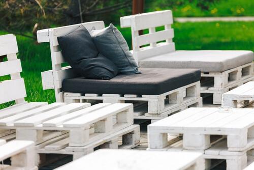 Gestapelde stoelen van pallets