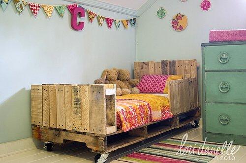 Schattig bed voor in de kinderkamer van pallets