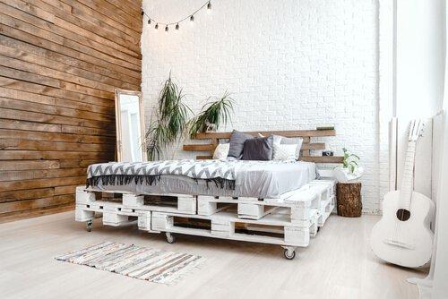 Bohemien bed van witte pallets
