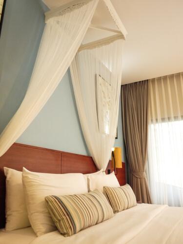 Bed met hemel in kleine slaapkamer