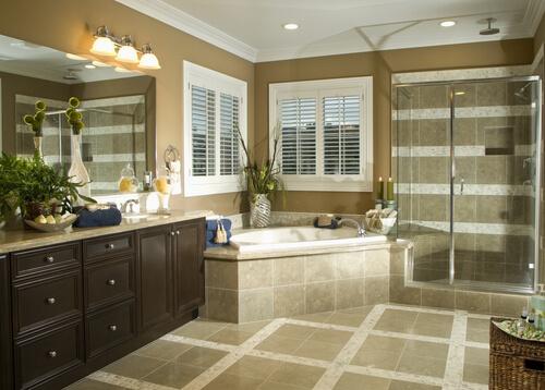 Grote badkamer met beige tegels