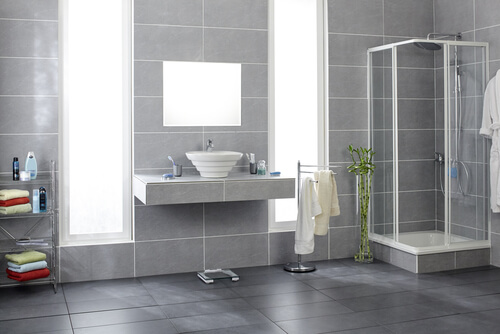Grote grijze tegels in de badkamer