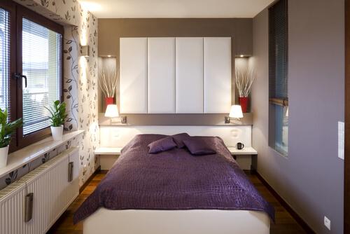 Kasten boven het bed in kleine slaapkamer
