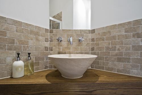 Beige kleine tegels in badkamer