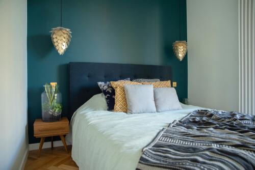 Blauwe muren kleine slaapkamer