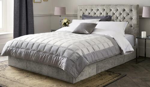 Kleine slaapkamer met luxe bed