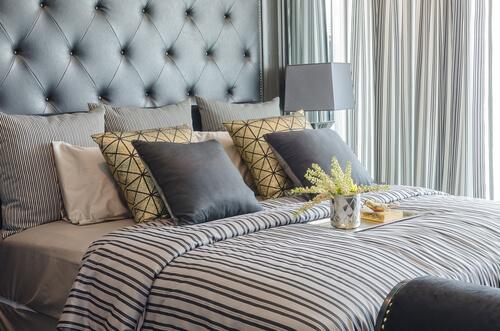 Mooi aangekleed bed in kleine slaapkamer
