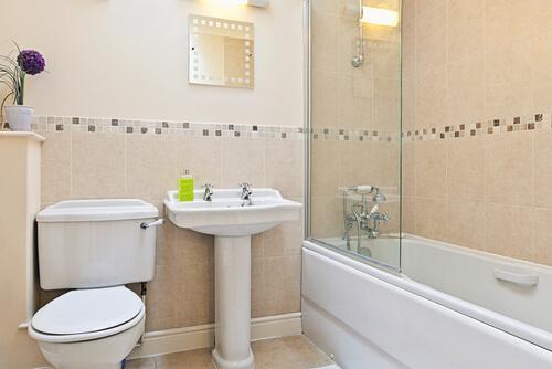 Mozaïek steenstrips in badkamer