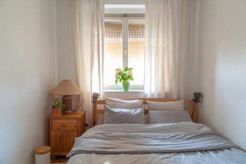 Kleine slaapkamer met houten bed