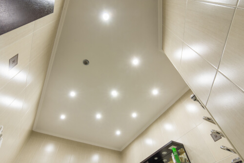 12. Mooie spotjes in het plafond van de badkamer
