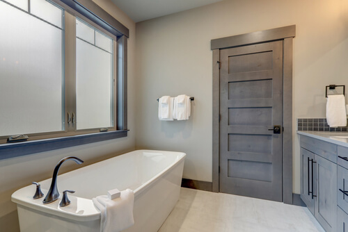 13. Gestucte wanden in de badkamer
