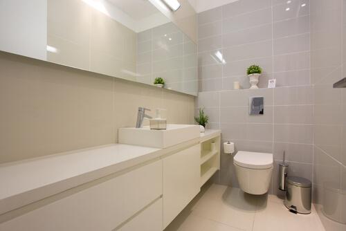 4. Grote tegels in kleine badkamer