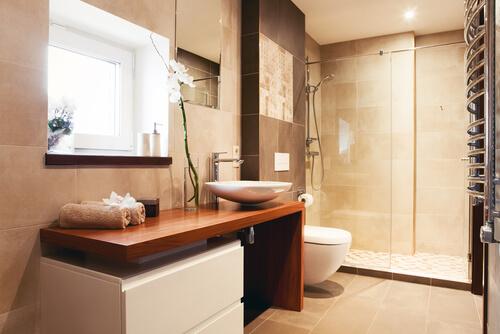 8. Eenheid in tegels van kleine badkamer