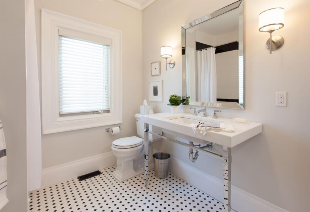 Kleine badkamer- natuurlijk licht