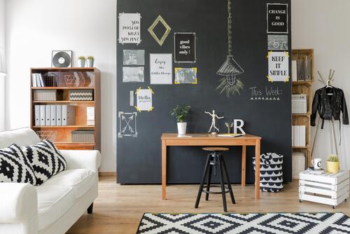 Combinatie van zwarte muur met houttinten