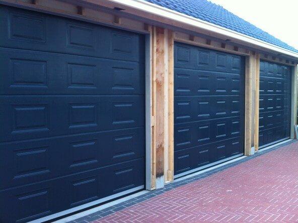 Donkerblauwe garagedeur