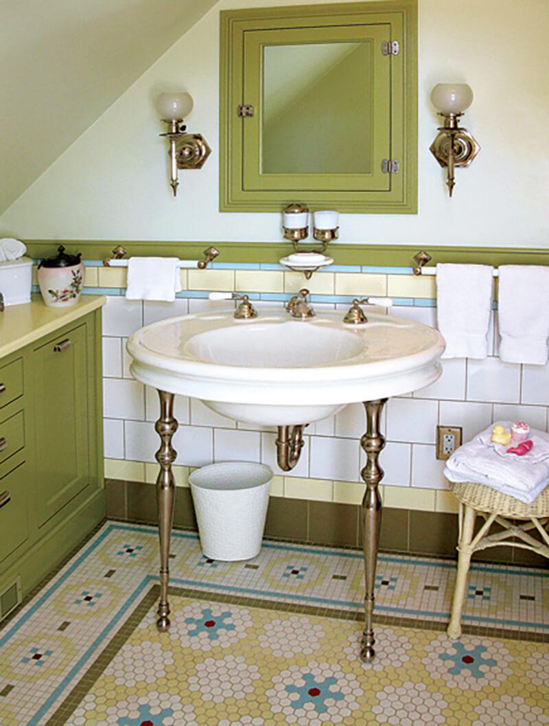 Kleine tegels en brocante meubels vintage badkamer