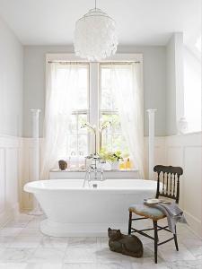 Vrijstaand bad met marmer vintage badkamer