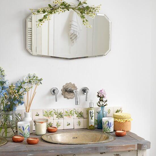 Oude Badkamer Spiegels ~ Deze antieke wastafel in combinatie met de spiegel en de decoraties