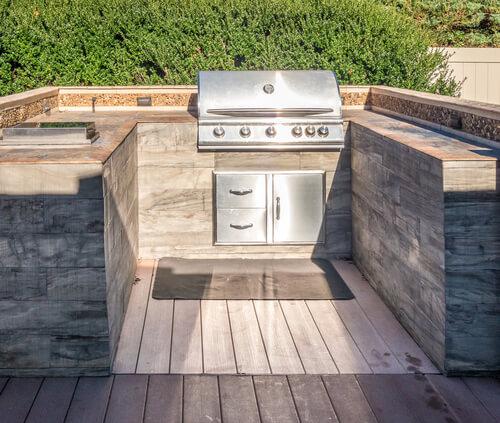 U-vormige buitenkeuken met RVS gasbarbecue