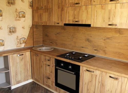 Eenvoudige houten buitenkeuken