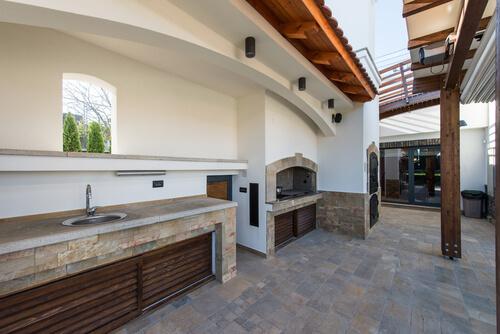 Eenvoudige moderne buitenkeuken