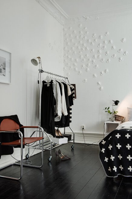 Scandinavische slaapkamer -kledingrek
