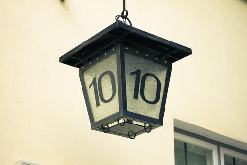 Huisnummer op de buitenverlichting