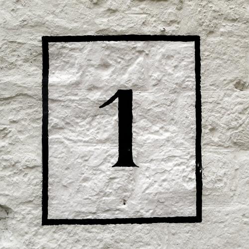 Geschilderd huisnummer op de muur